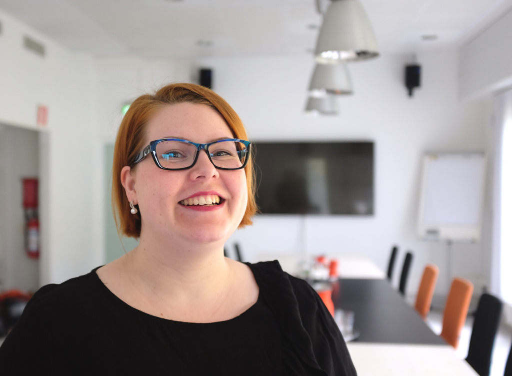 Roolipeliblogi Noppaseppeleen luoja hymyilee kameralle toimistoympäristössä.